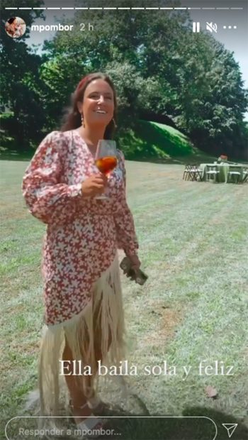 Marta Pombo ha lucidoun vestido asimétrico con estampado Floral. En la fotografía disfruta de un refresco una vez terminada la ceremonia religiosa./Instagram @mpombor