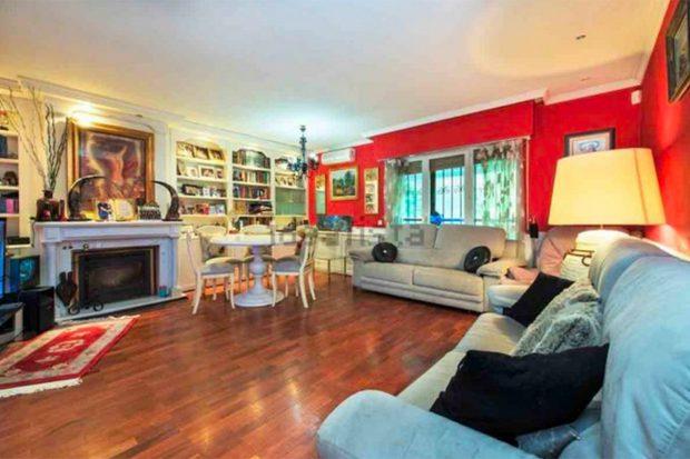 Salón de la casa que cuenta con un amplio espacio./Idealista