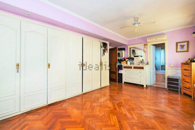 La habitación cuenta con varios armarios./Idealista