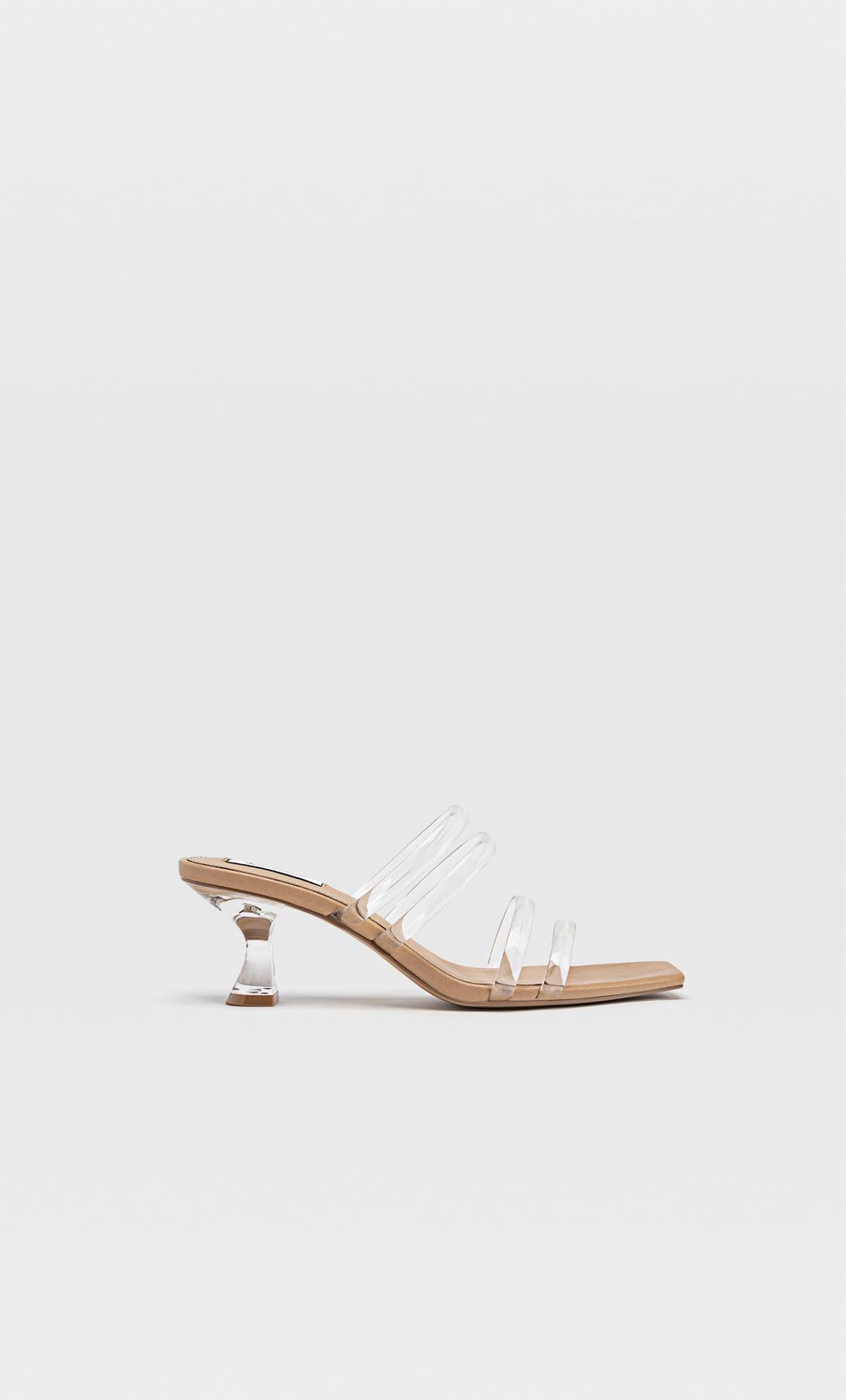 Paula Echevarría ilumina las noches de verano con estas sandalias de vinilo de Stradivarius
