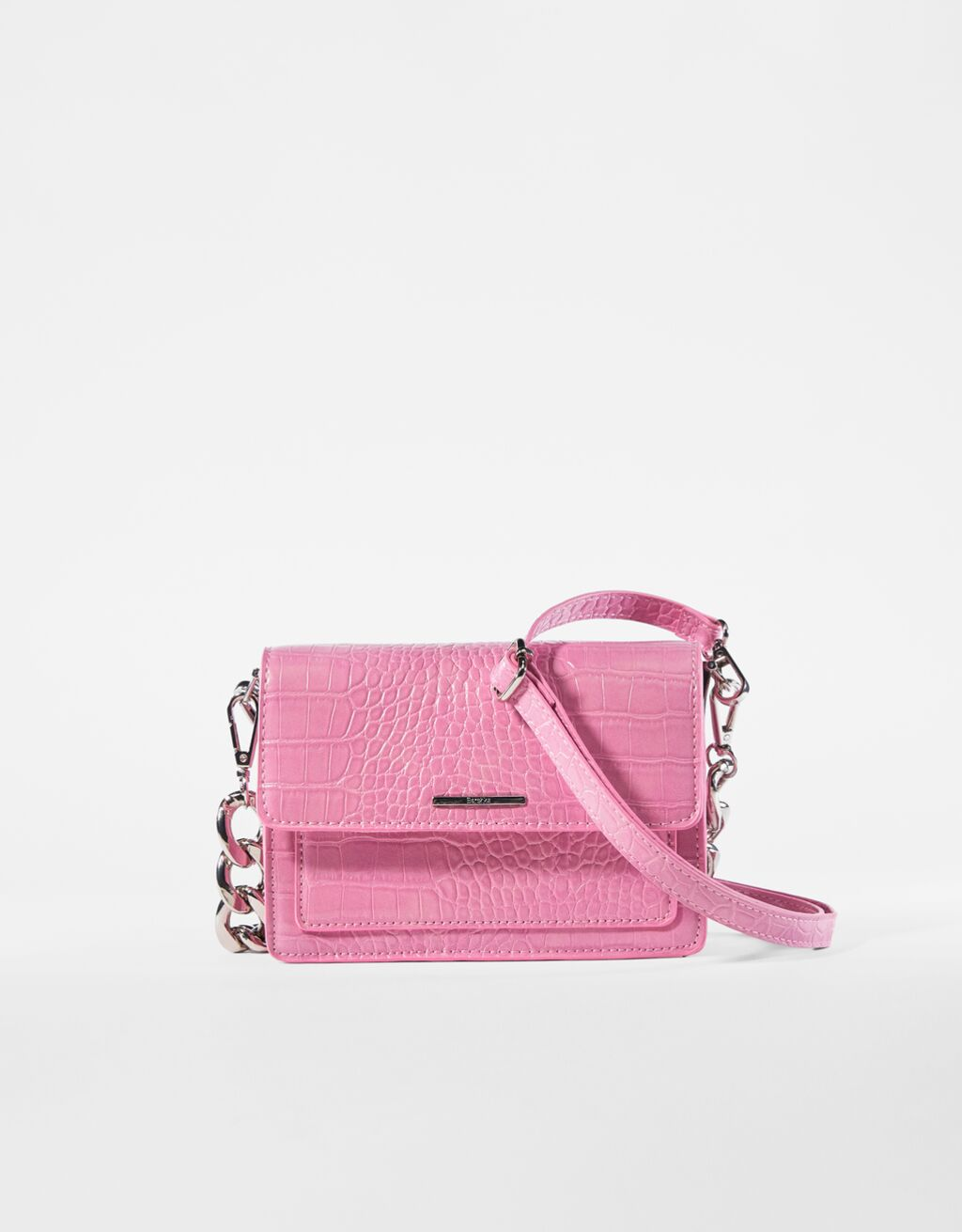 El polémico bolso rosa de Letizia de 800 euros tiene una versión low cost en Bershka