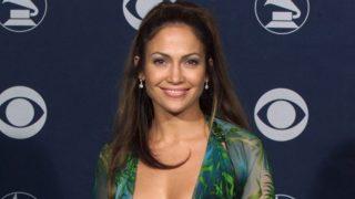 Shein versiona el vestido Versace de Jennifer Lopez y lo convierte en un básico del verano