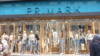 El camisón de piel de serpiente rosa de Primark es el acierto del año