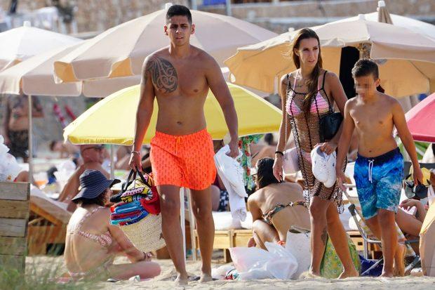 Christofer Guzmán y Fani Carbajo, con su hijo Emilio, de vacaciones en la playa / Gtres