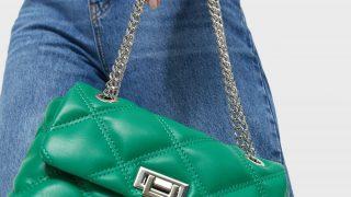El nuevo bolso verde acolchado de Stradivarius de 12 euros bate récords de ventas