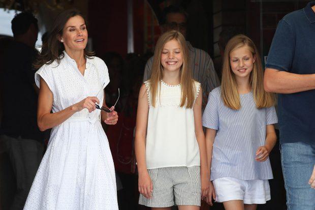 La reina Letizia junto a sus hijas, la princesa Leonor y la infanta Sofía en una imagen de archivo./Gtres