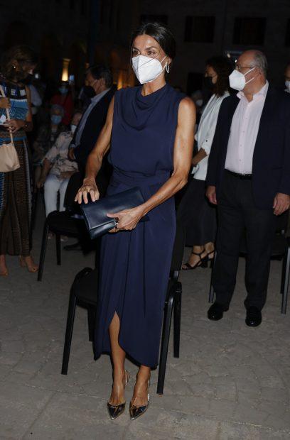 La consorte ha llevado un vestido azul petróleo./Gtres