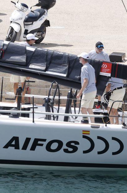 El monarca se ha subido a bordo de la embarcación Aifos en Mallorca para entrenar junto a sus compañeros de regata./Gtres