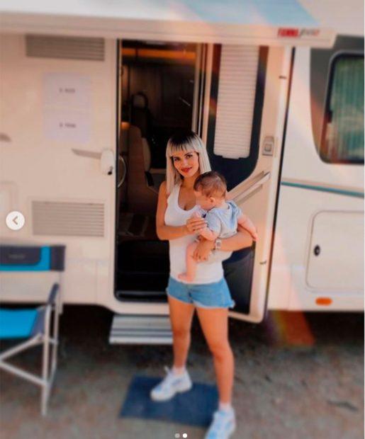Sara Sálamo, con su hijo en brazos durante un rodaje / Instagram