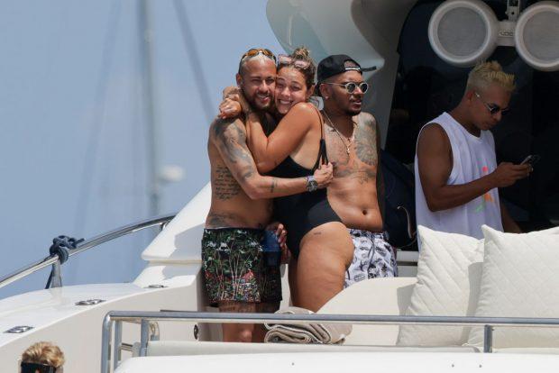 Neymar, con una amiga durante sus vacaciones / Gtres
