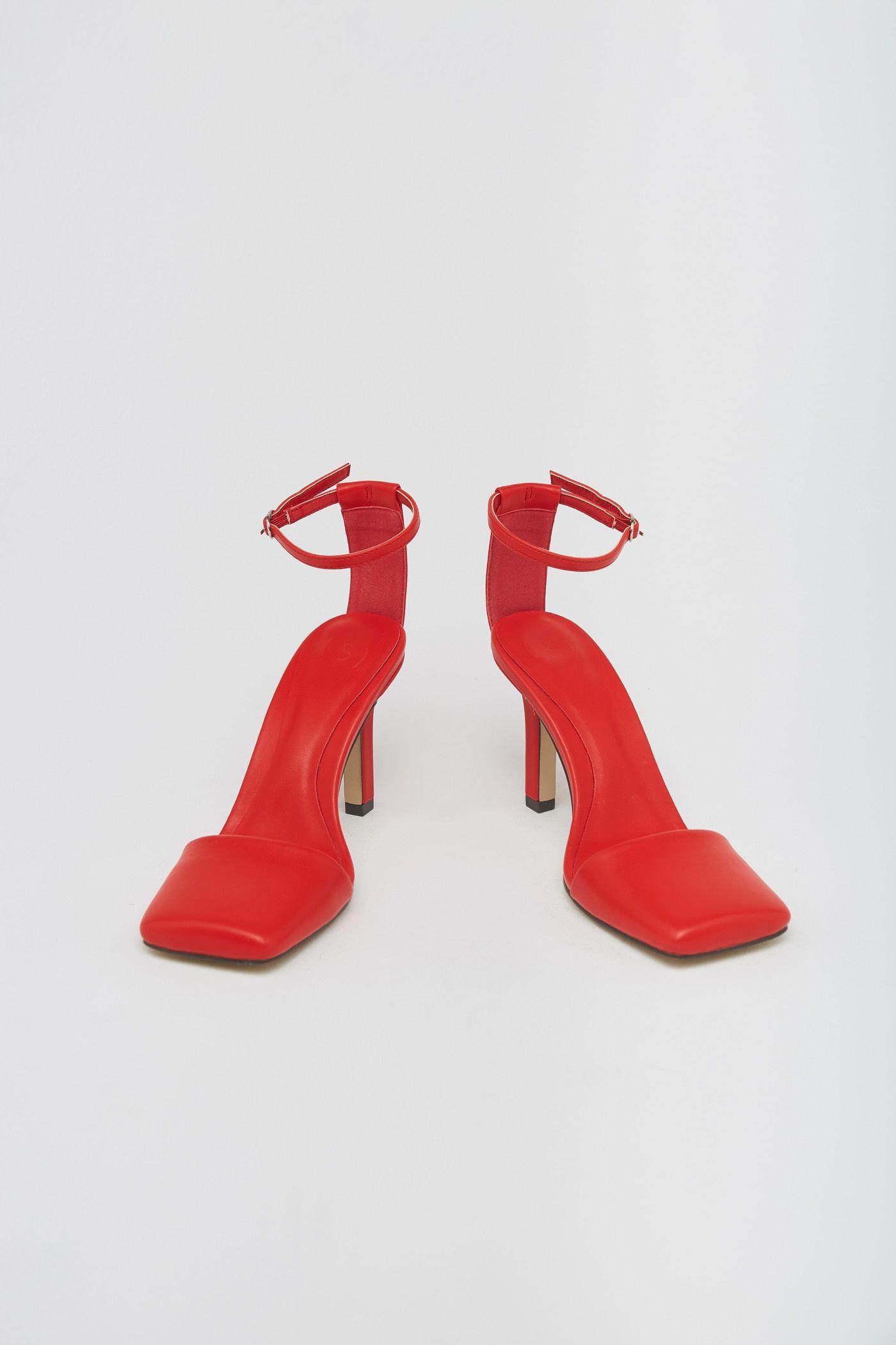 Sfera la saca los colores a Prada tiñendo de rojo sus icónicas sandalias tobilleras