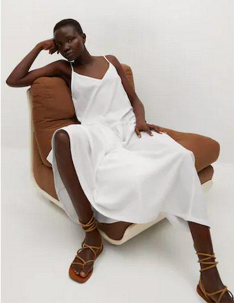 Vestido blanco largo de Mango./Mango