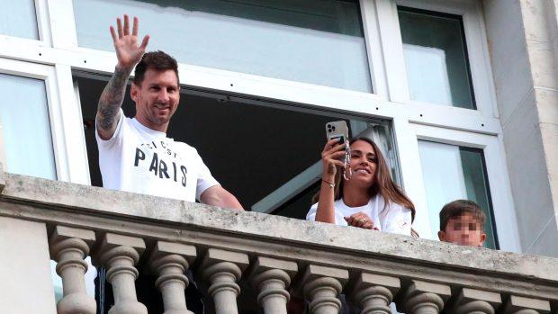 Messi, saludando a la afición desde su hotel en París / Gtres