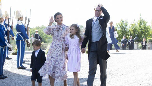 Victoria de Suecia ha optado por un vestido de gasa blanco con un print floral./Gtres