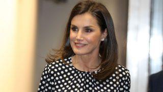 Zara clona la blusa de lunares de Carolina Herrera que convirtió en viral a la reina Letizia