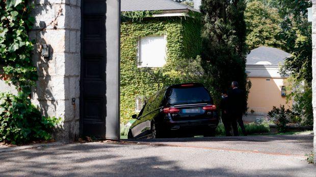 El coche fúnebre, entrando en el domicilio de Isabel Preysler / Gtres