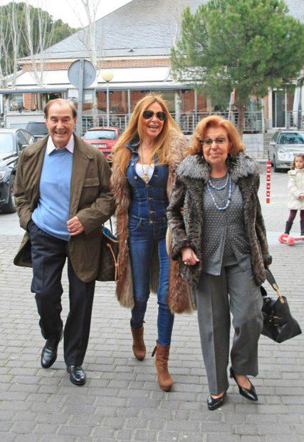 Ana Obregón y sus padres, Antonio y Ana, en una imagen de archivo / Gtres