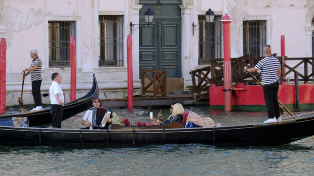 Turistas disfrutando de un paseo por el Gran Canal montados en una góndola, una de las principales actividades de más reclamo de la ciudad./Gtres