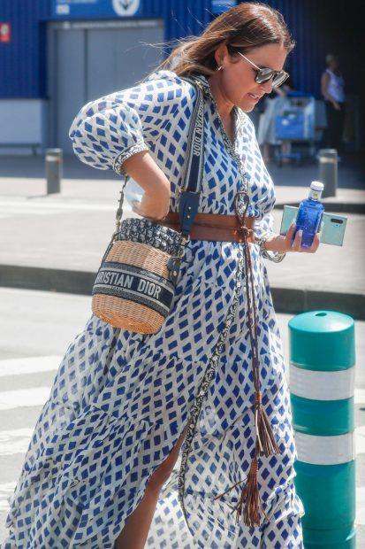 Paula Echevarría ha combinad un vestido largo fluido con un bolso cesta de Christian Dior./Gtres