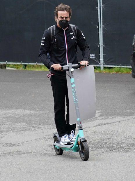 Fernando Alonso llega en patinete al circuito de Bélgica / Gtres
