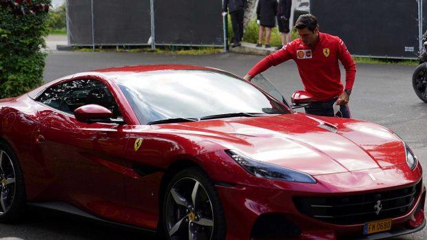 Por su parte, el hijo de Carlos Sainz tiró de exclusividad llegando con un Ferrari rojo / Gtres