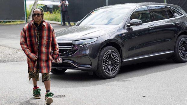 Lewis Hamilton, con un look fiel a su extravagancia / Gtres