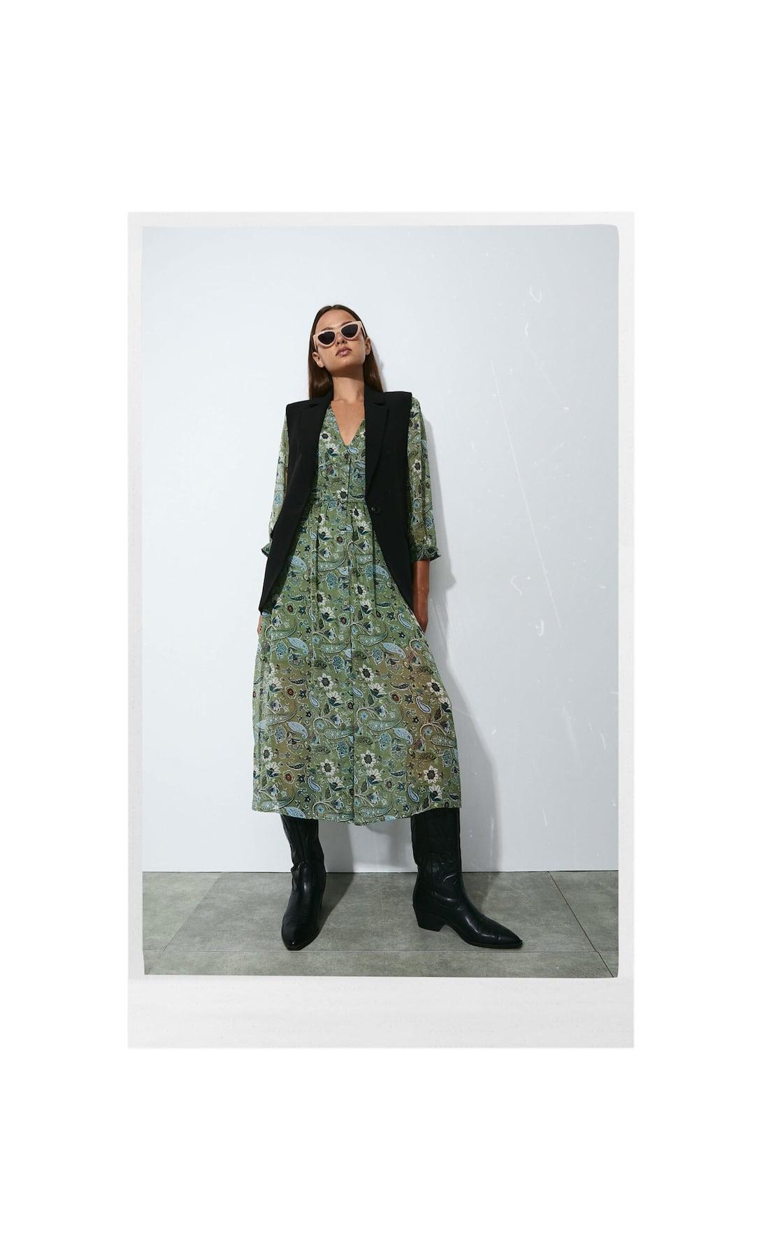 El vestido Boho al estilo Sara Carbonero para lucir con Converse es de Stradivarius