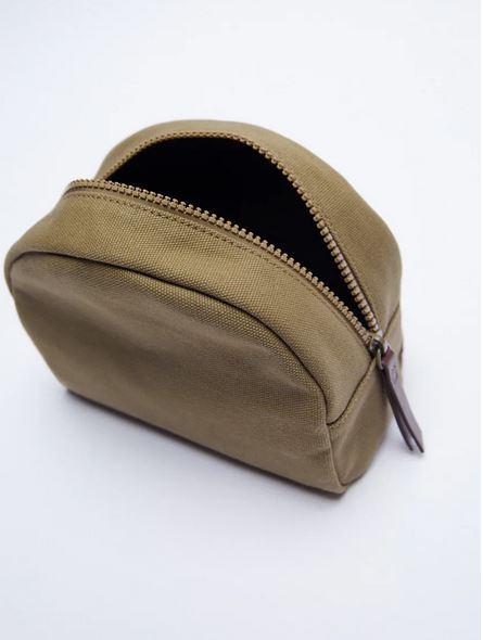 El bolso en formato neceser que todavía puedes comprar por 5,99 euros en el remate final de Zara