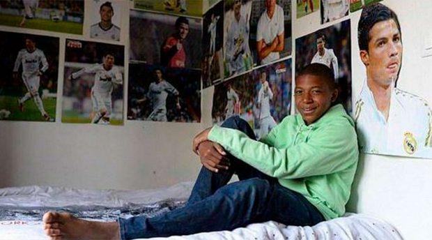 De pequeño, Mbappé tenía como ídolo a Cristiano Ronaldo y así lo reflejaba la pared de su cuarto / Redes sociales