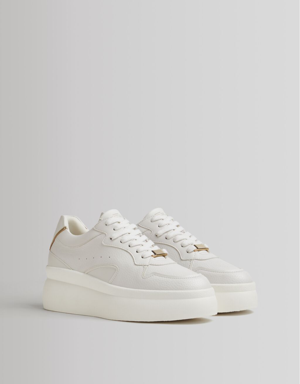Bershka copia el lujo de las zapatillas blancas de Marc Jacobs al estilo Leonor y Sofía