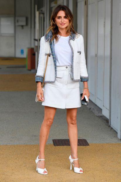 Penélope Cruz ha brillado a su llegada a Venecia con minifalda y chaqueta de 'tweed' / Gtres