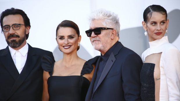 Penélope Cruz junto a Milena Smit, Israel Elejalde y Pedro Almodovar durante el Festival de Venecia 2021./Gtres