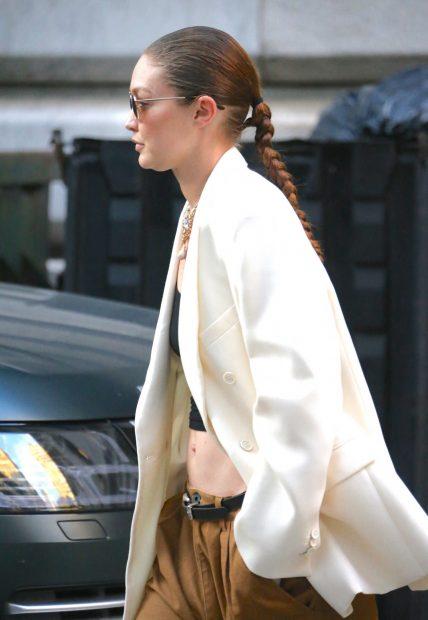 Gigi Hadid por las calles de Nueva York luciendo una larga trenza./Gtres