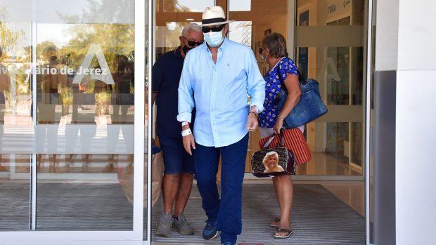 Amador Mohedano saliendo del hospital./Gtres
