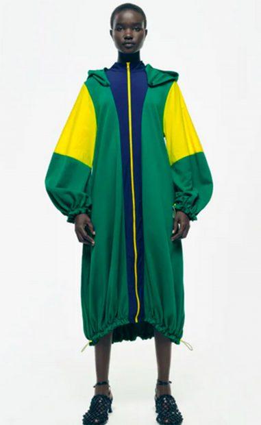 Gabardina de colores de estilo oversize de Zara./Zara