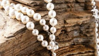 Vas a querer llenar tus outfits de perlas: en pelo, accesorios y prendas