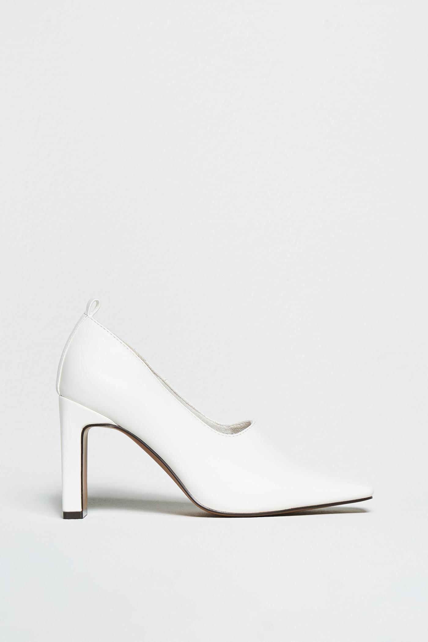 Sfera recrea los zapatos blancos retro de Prada que parecen de lujo, pero valen solo 35 euros