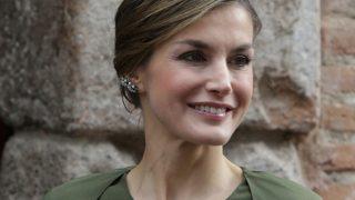 AliExpress ha copiado el vestido verde con capa que convirtió a Letizia en reina de la moda