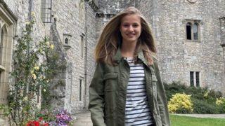 Leonor promociona la moda española en Gales con esta parka verde de Zara