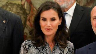 Podemos ser la Reina Letizia por un día con un vestido de Mango Outlet que está de oferta, copiando a la perfección uno de sus looks