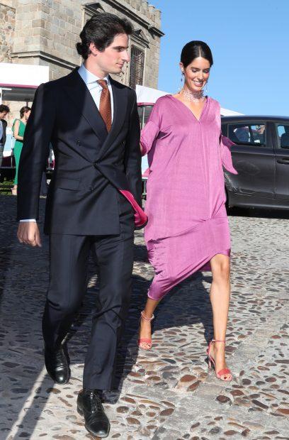 Sofía Palazuelo y Fernando Fitz-James llegando al enlace del hermano de la experta en Marketing./Gtres