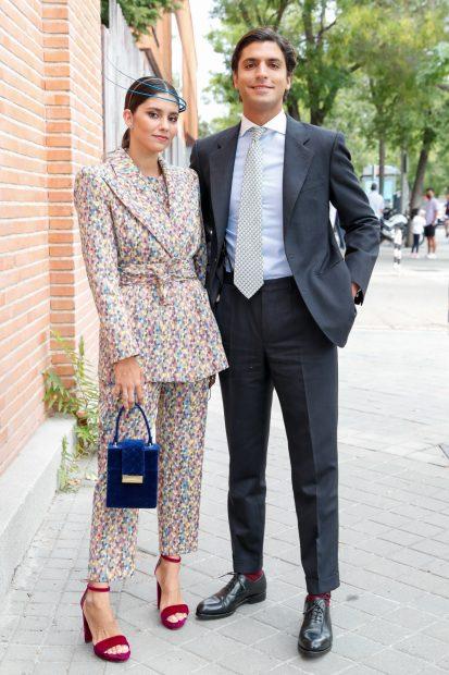 María García de Jaime junto a su marido, Tomás Páramo posando en la entrada de la iglesia./Gtres