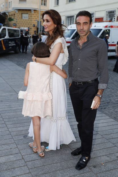Enrique Ponce y Paloma Cuevas junto a su hija en una imagen de archivo./Gtres