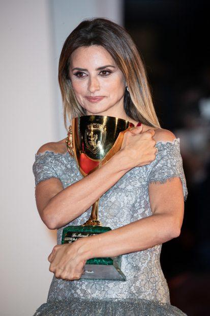 La intérprete abrazando el galardón que ha recibido en el Festival de Venecia -Italia-./Gtres