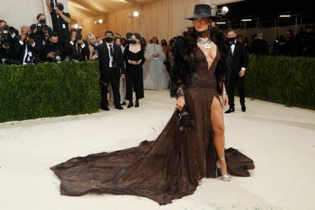Jennifer Lopez, toda una cowboy en la Gala Met 2021 / Gtres