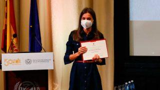 Doña Letizia, enseñando el diploma que le acredita como Alumna de Honor de la Universidad Complutense  / Gtres