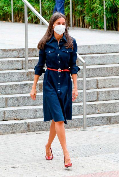 La Reina ha escogido un vestido vaquero de Hugo Boss para un día tan emotivo como su regreso a las aulas magnas de la Complutense / Gtres