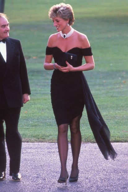 La princesa Diana con un vestido negro combinado con un collar de perlas./Gtres