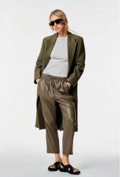 Pantalón 'The Weekend' en polipiel./Zara