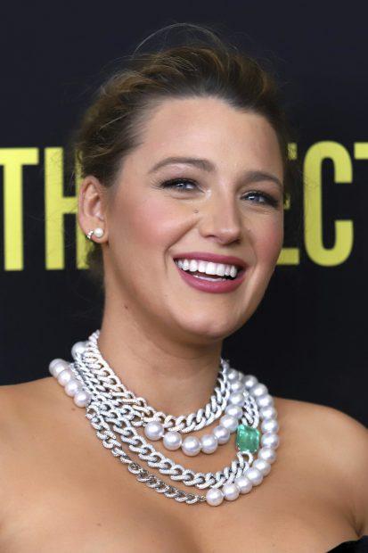 La actriz Blake Lively luce un collar que mezcla una cadena y perlas./Gtres